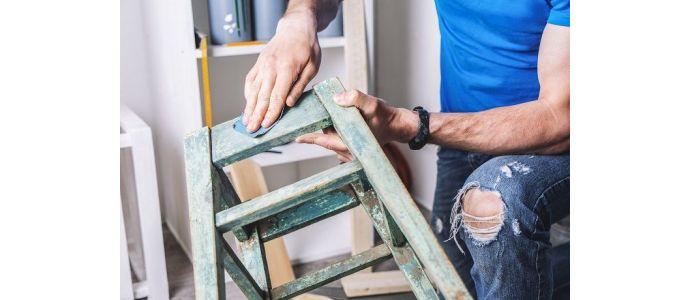 Jakie narzędzia są niezbędne w pracy konserwatora mebli?